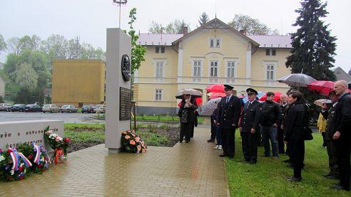 Vzpomínková akce s položením kytic u Pomníku obětem II. světové války